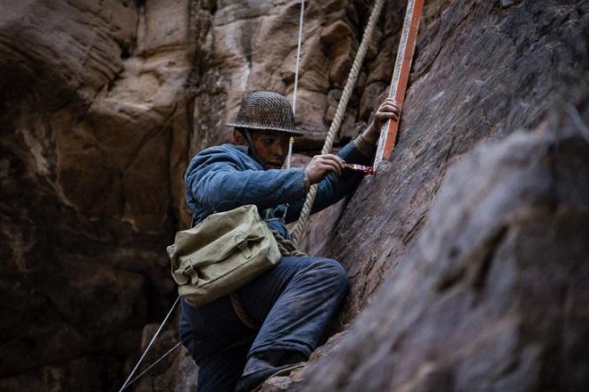 Đặng Luân giấu fan quay cảnh leo núi cực nguy hiểm, một thân lơ lửng giữa độ cao 80 mét! - ảnh 4