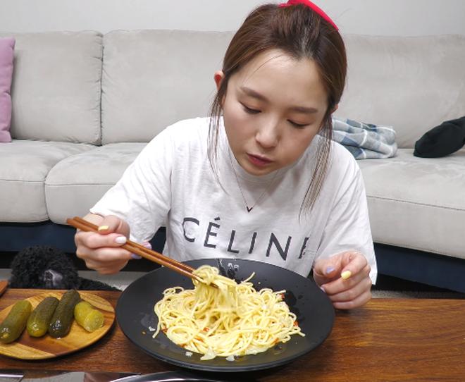 YouTuber Hàn Quốc ăn pasta bằng đũa, phản ứng người xem gây bất ngờ 0010