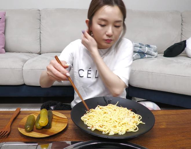 YouTuber Hàn Quốc ăn pasta bằng đũa, phản ứng người xem gây bất ngờ 009
