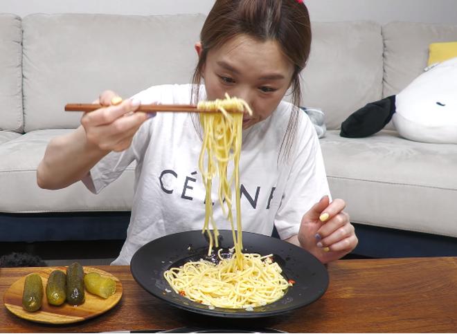 YouTuber Hàn Quốc ăn pasta bằng đũa, phản ứng người xem gây bất ngờ 0012