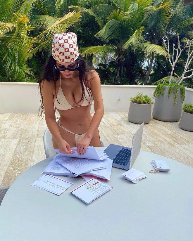"""Học bài kiểu sinh viên luật Kim siêu vòng 3: Mặc bikini vừa phô body """"xôi thịt"""" vừa ôn tập, ai dè bị soi... cầm sách ngược - ảnh 2"""