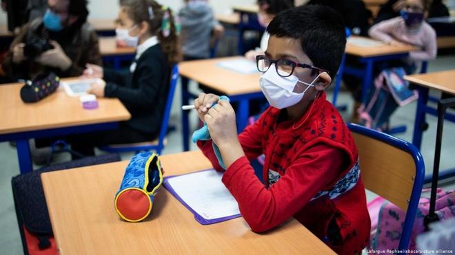 Dịch COVID-19 phức tạp, Pháp vẫn cho học sinh đi học trở lại - ảnh 1