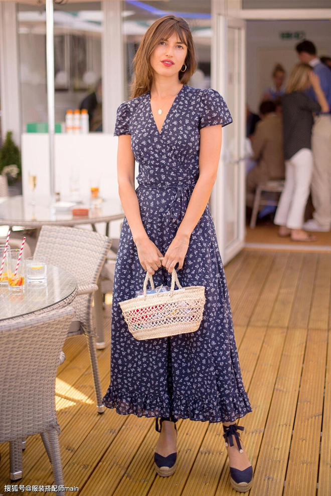 Váy quấn hack dáng vi diệu lắm, nhưng nếu không biết chiêu mặc đẹp này từ gái Pháp thì chưa 100% duyên dáng rồi! - ảnh 12