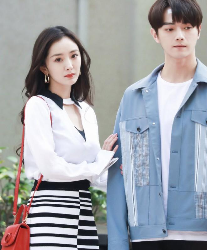 """Dương Mịch công khai hôn """"tình trẻ"""" khiến cả Weibo sốt xình xịch 004"""