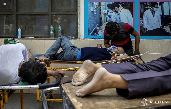 """Video: Ám ảnh cảnh thi thể xếp dài la liệt tại Ấn Độ, khi sự sống trở nên quá mong manh tại đất nước đang chìm trong """"hố đen Covid"""" - Ảnh 1."""