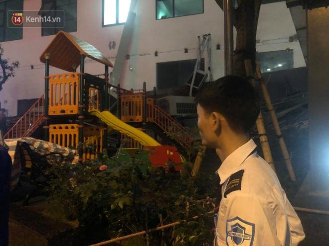 Cả giàn điều hòa ở chung cư Hà Nội bất ngờ đổ sập, rơi xuống sân chơi cho trẻ em - Ảnh 3.