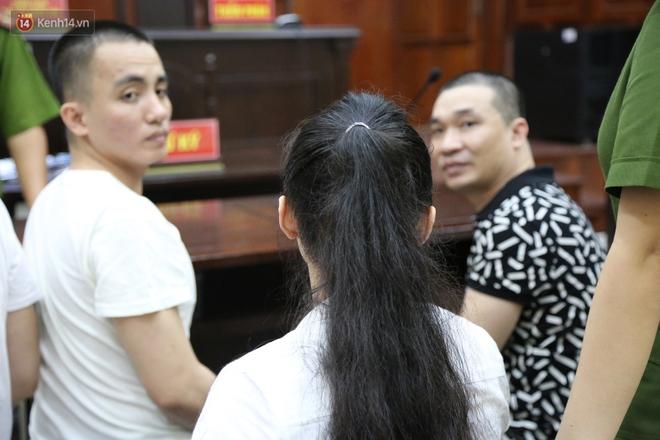 """ẢNH: """"Ông ᴛгὺм"""" ma túy Văn Kính Dương và người tình Ngọc Miu tay nắm chặt tay, hôn nhau thắm thiết trước giờ tuyên án - Ảnh 3."""