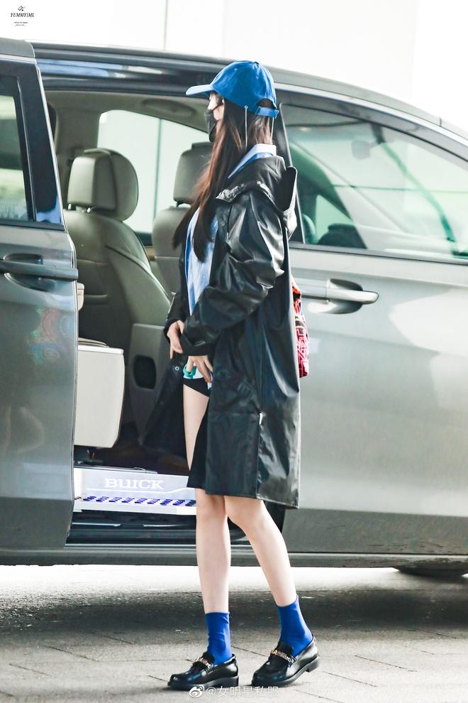 Cnet tròn mắt với loạt ảnh đi làm của Dương Mịch: Đôi chân đã cực phẩm, chiếc áo khoác còn chiếm trọn spotlight vì 1 lý do - Ảnh 5.