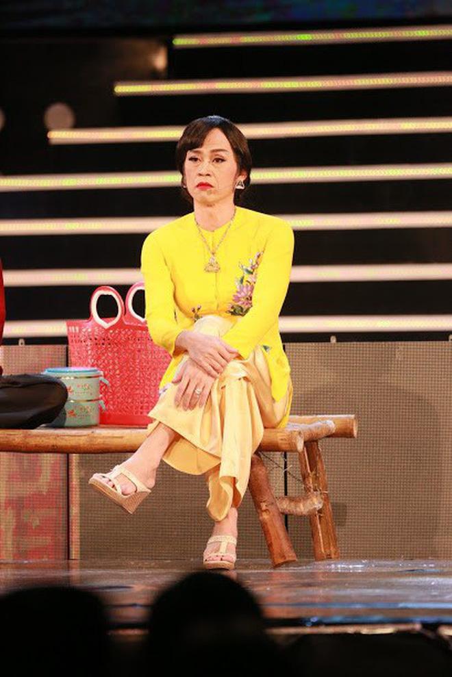 """Bị vợ Dũng """"lò vôi"""" réo tên căng đét, NS Hoài Linh lộ diện với màn giả gái xuất thần và thái độ gây chú ý bên NS Lê Giang - Ảnh 3."""