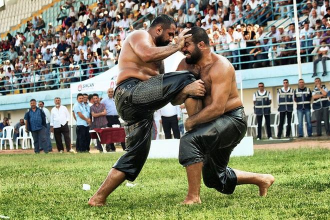 Độc đáo môn đấu vật bôi dầu của Thổ Nhĩ Kỳ: Trọng lượng chiếc quần gây choáng, đòn thế đôi khi khiến người xem phải đỏ mặt - ảnh 1