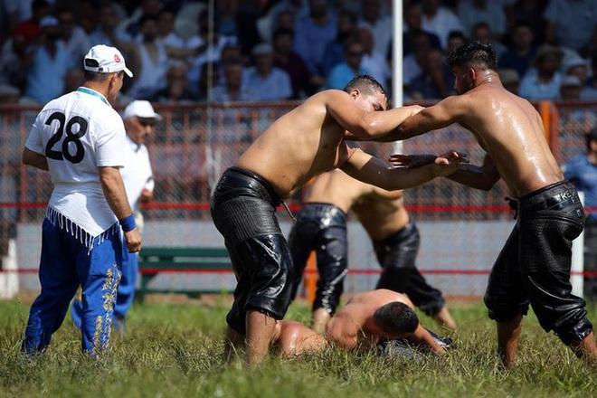 Độc đáo môn đấu vật bôi dầu của Thổ Nhĩ Kỳ: Trọng lượng chiếc quần gây choáng, đòn thế đôi khi khiến người xem phải đỏ mặt - ảnh 9