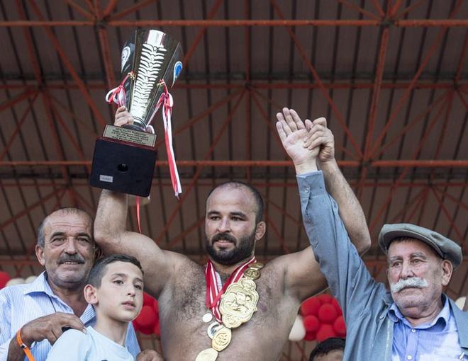 Độc đáo môn đấu vật bôi dầu của Thổ Nhĩ Kỳ: Trọng lượng chiếc quần gây choáng, đòn thế đôi khi khiến người xem phải đỏ mặt - ảnh 10