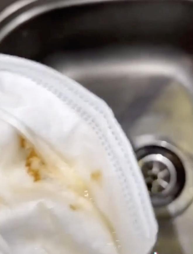 Thử trend quấn khẩu trang vào vòi nước để kiểm tra độ sạch, chàng trai sửng sốt với kết quả 005