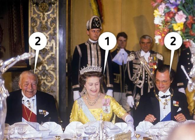 9 quy tắc ăn uống của Hoàng gia Anh sẽ khiến dân tình phải thốt lên: Làm quý tộc cũng chẳng sung sướng gì - ảnh 5