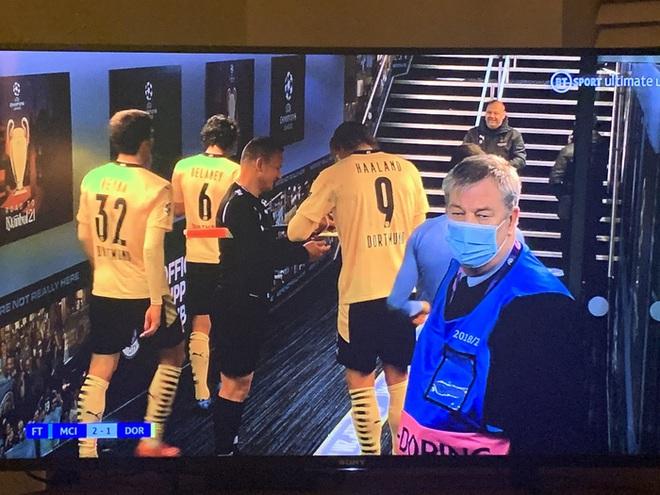 Trọng tài bị chỉ trích trẻ con sau khi nhờ Erling Haaland ký tặng vào... thẻ vàng - ảnh 3
