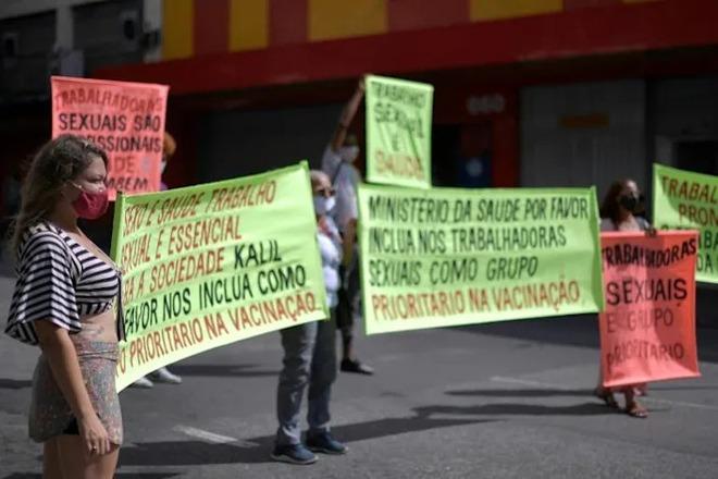 Gái mại dâm Brazil diễu hành đòi tiêm vắc xin Covid-19 vì cũng ở tuyến đầu - Ảnh 1.