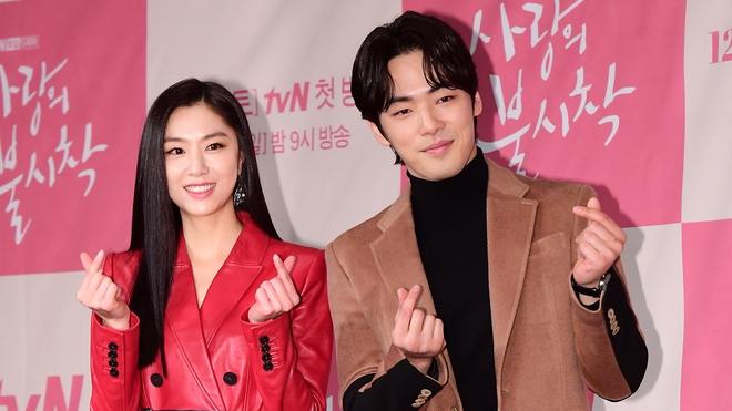 9 cặp đôi đẹp nhức nách ở phim Hàn: Kim Soo Hyun - Seo Ye Ji bao giờ công khai như Son Ye Jin nhỉ? - Ảnh 9.