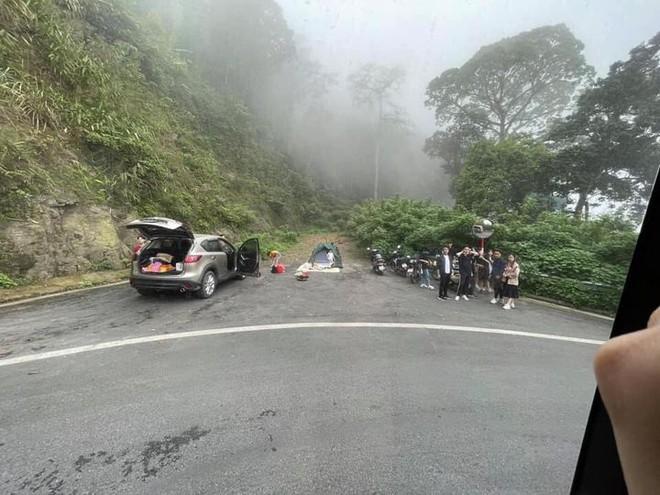 Ba Vì: Nhóm thanh niên hồn nhiên cắm trại tại hốc cứu nạn trên đường đèo dốc nguy hiểm - ảnh 1