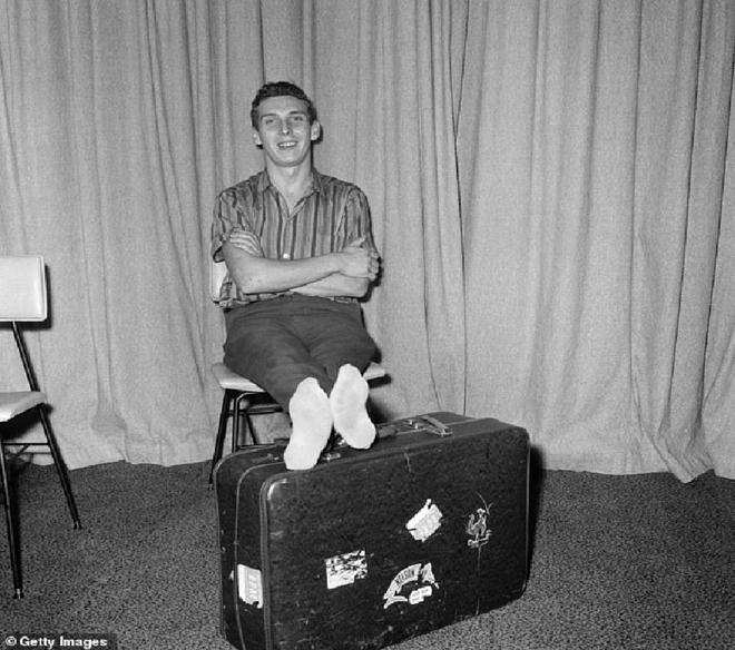 Suýt chết khi tự đóng gói mình, gửi về nhà bằng máy bay - ảnh 1