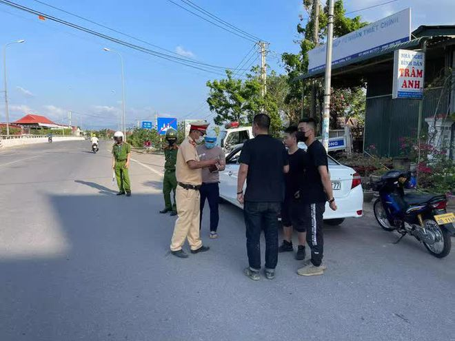 Chặn bắt ô tô chở 3 người Trung Quốc nhập cảnh chui - ảnh 1