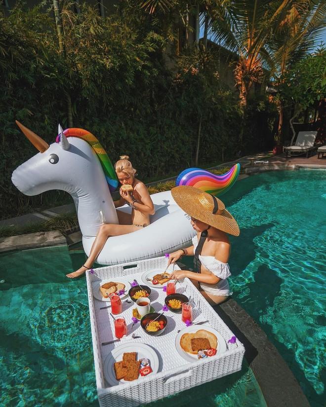 Hội bạn thân rủ nhau diện bikini khoe eo thon, xem xong chỉ muốn set ngay chiếc kèo cạnh tranh luôn cho nóng - Ảnh 4.