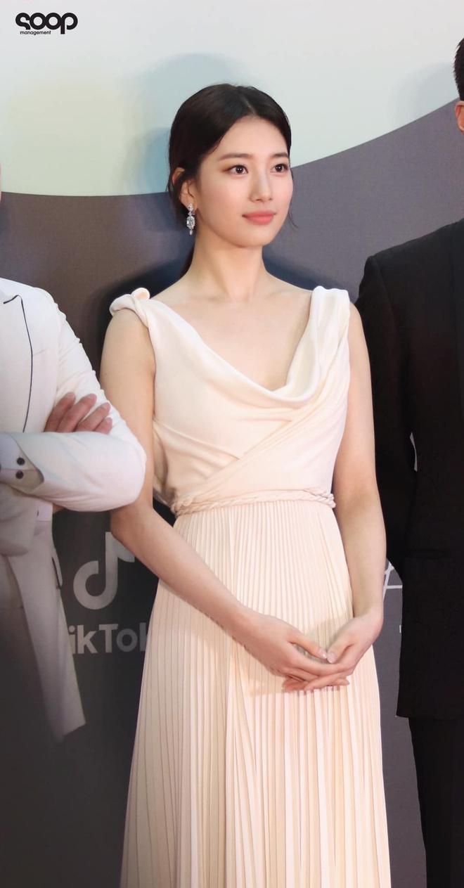 Nữ thần Baeksang gọi tên Suzy: 5 năm làm host rung chuyển xứ Hàn vì visual tuyệt mỹ, đỉnh nhất lần hở bạo và xén tóc ngắn cũn - ảnh 18