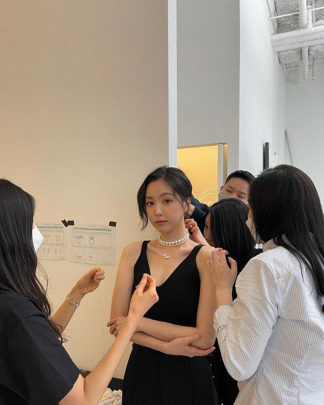 Naeun (Apink) tung ảnh hậu trường gây ngỡ ngàng: Nhìn mới biết không dao kéo, loạt ảnh giả trân YG đăng là bị hại? - ảnh 1