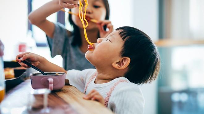 Thức ăn rơi xuống đất, nhanh tay nhặt lên ăn theo Quy tắc 5 giây có an toàn? Đây là câu trả lời của chuyên gia - ảnh 1