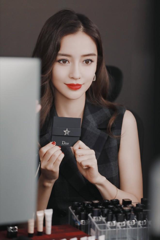 Triệu Lệ Dĩnh bị chê giả tạo vì makeup dày cộp khi livestream quảng cáo đồ dưỡng da - ảnh 11
