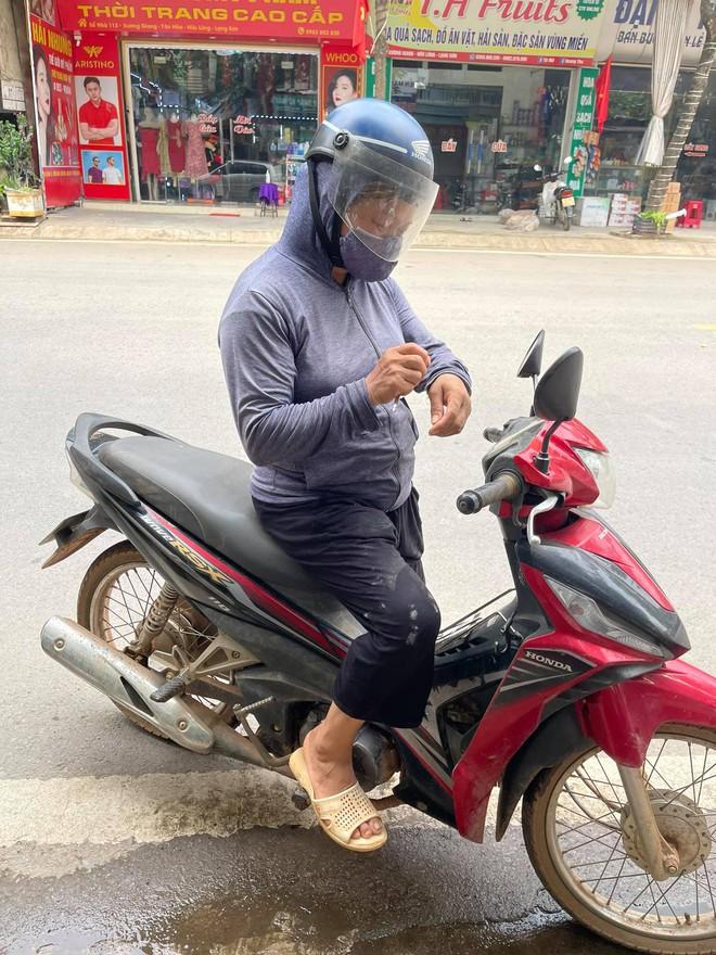 Người phụ nữ chân lấm tay bùn chở 30kg gạo đến vùng bị cách ly: Cô chẳng có gì ngoài gạo để ủng hộ cả - ảnh 1