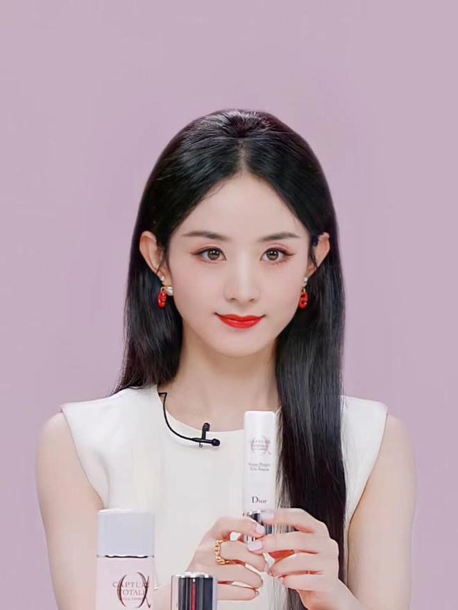 Triệu Lệ Dĩnh bị chê giả tạo vì makeup dày cộp khi livestream quảng cáo đồ dưỡng da - ảnh 1