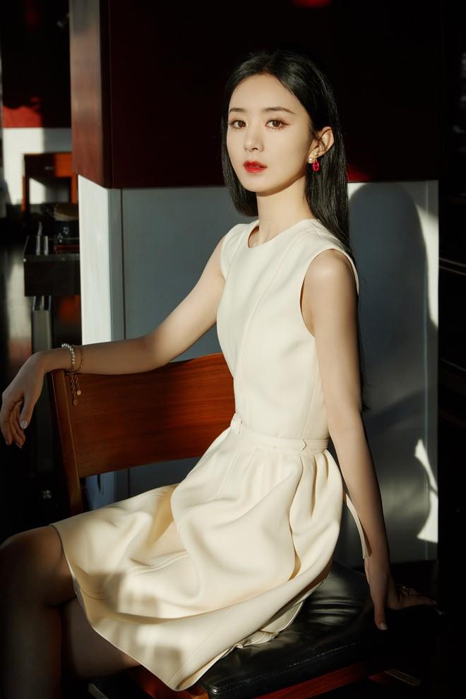 Triệu Lệ Dĩnh bị chê giả tạo vì makeup dày cộp khi livestream quảng cáo đồ dưỡng da - ảnh 9
