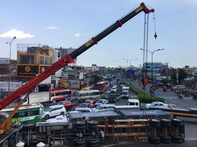 TP.HCM: Xe container lật ngang ngay ngã tư, 2 tuyến Quốc lộ tê liệt hàng giờ - ảnh 2