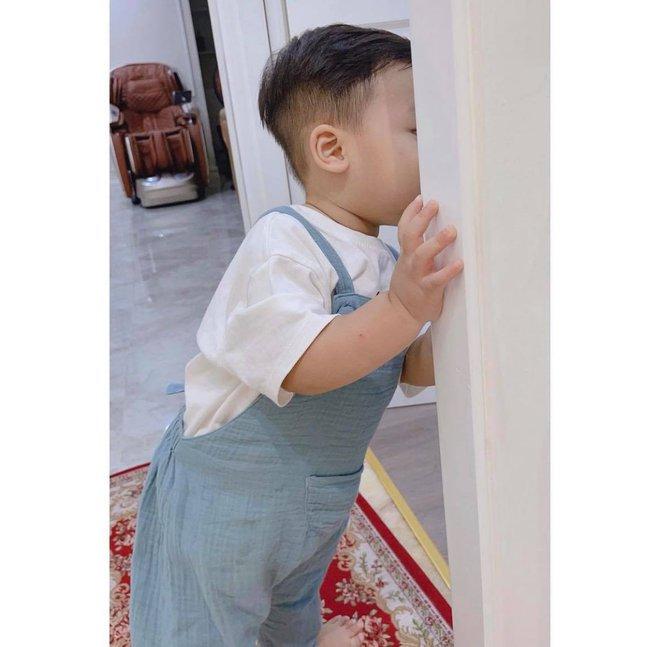 Mới 1 tuổi, quý tử nhà Hoà Minzy và thiếu gia Minh Hải bộc lộ rõ thiên phú đặc biệt, là điều gì mà đến mẹ cũng ngỡ ngàng? - ảnh 2