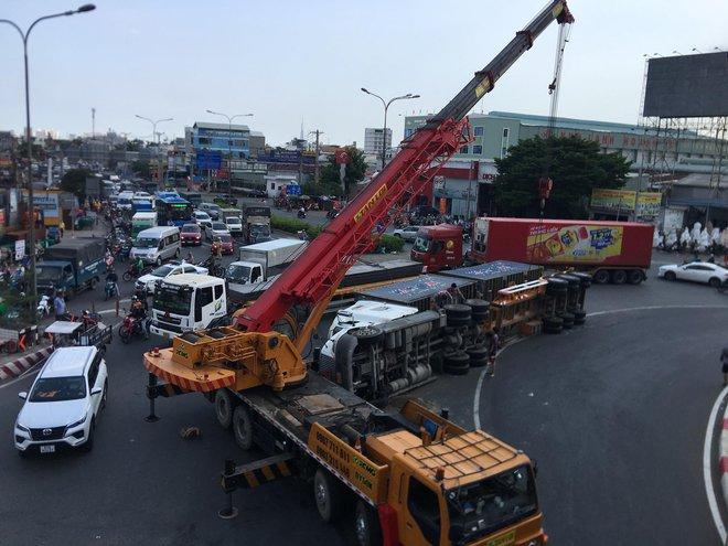 TP.HCM: Xe container lật ngang ngay ngã tư, 2 tuyến Quốc lộ tê liệt hàng giờ - ảnh 3