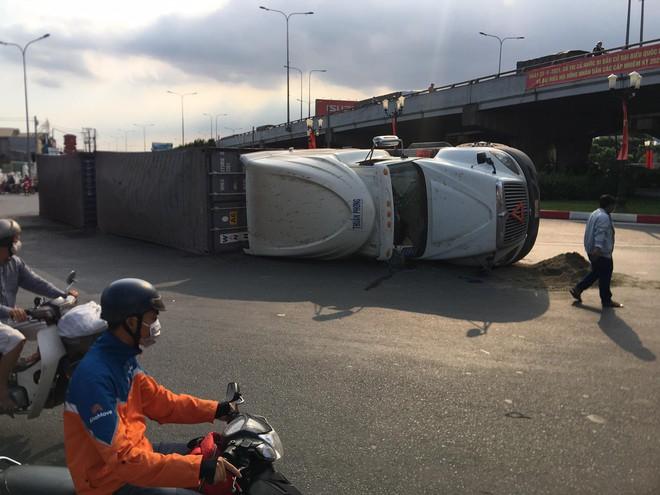 TP.HCM: Xe container lật ngang ngay ngã tư, 2 tuyến Quốc lộ tê liệt hàng giờ - ảnh 1