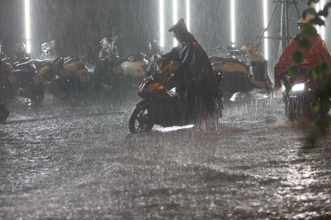 Ảnh, clip: Mưa dông gió giật kèm sấm chớp kinh hoàng ập xuống giờ tan tầm, Hà Nội ngập khắp các tuyến đường - Ảnh 6.
