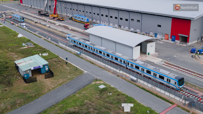 TP.HCM: Toàn cảnh lắp ráp đoàn tàu Metro số 1 nặng 37 tấn vào đường ray, sẵn sàng chạy thử - ảnh 18
