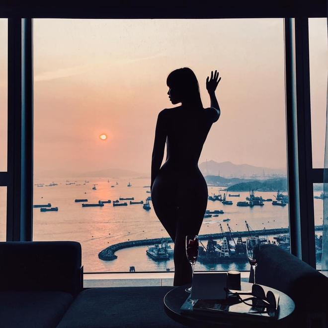 Hà Anh gây lú với khoảnh khắc trông như nude 100% ngay trước cửa kính, netizen nhìn mà hồi hộp thay cho người ở dưới - ảnh 1