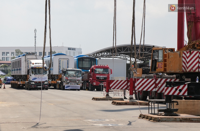 TP.HCM: Toàn cảnh lắp ráp đoàn tàu Metro số 1 nặng 37 tấn vào đường ray, sẵn sàng chạy thử - ảnh 1
