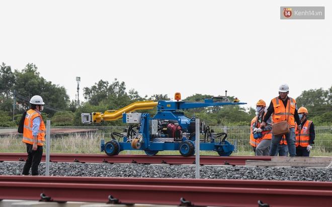 TP.HCM: Toàn cảnh lắp ráp đoàn tàu Metro số 1 nặng 37 tấn vào đường ray, sẵn sàng chạy thử - ảnh 2