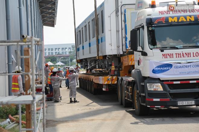 TP.HCM: Toàn cảnh lắp ráp đoàn tàu Metro số 1 nặng 37 tấn vào đường ray, sẵn sàng chạy thử - ảnh 3