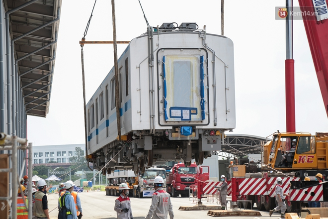 TP.HCM: Toàn cảnh lắp ráp đoàn tàu Metro số 1 nặng 37 tấn vào đường ray, sẵn sàng chạy thử - ảnh 5