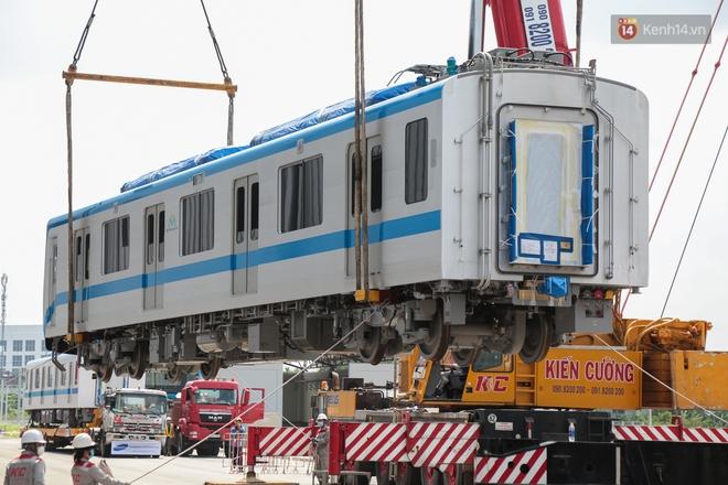 TP.HCM: Toàn cảnh lắp ráp đoàn tàu Metro số 1 nặng 37 tấn vào đường ray, sẵn sàng chạy thử - ảnh 7