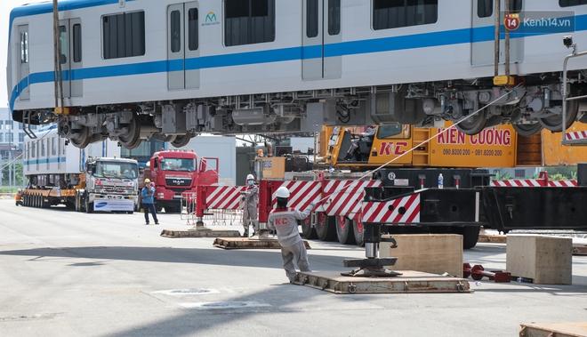 TP.HCM: Toàn cảnh lắp ráp đoàn tàu Metro số 1 nặng 37 tấn vào đường ray, sẵn sàng chạy thử - ảnh 6