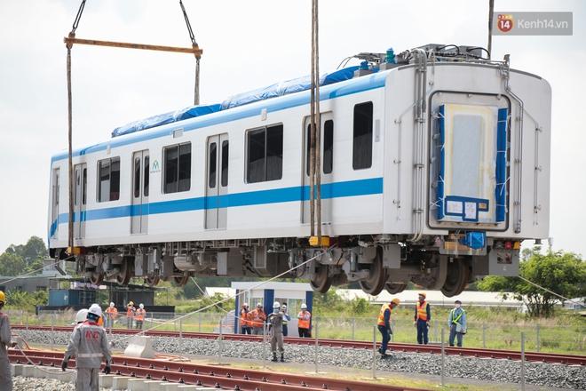 TP.HCM: Toàn cảnh lắp ráp đoàn tàu Metro số 1 nặng 37 tấn vào đường ray, sẵn sàng chạy thử - ảnh 9