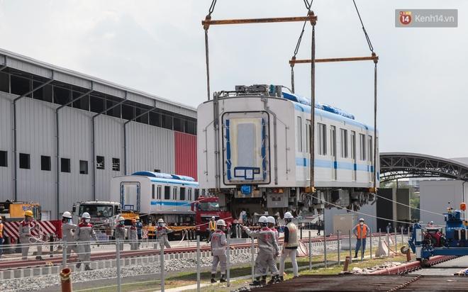 TP.HCM: Toàn cảnh lắp ráp đoàn tàu Metro số 1 nặng 37 tấn vào đường ray, sẵn sàng chạy thử - ảnh 10
