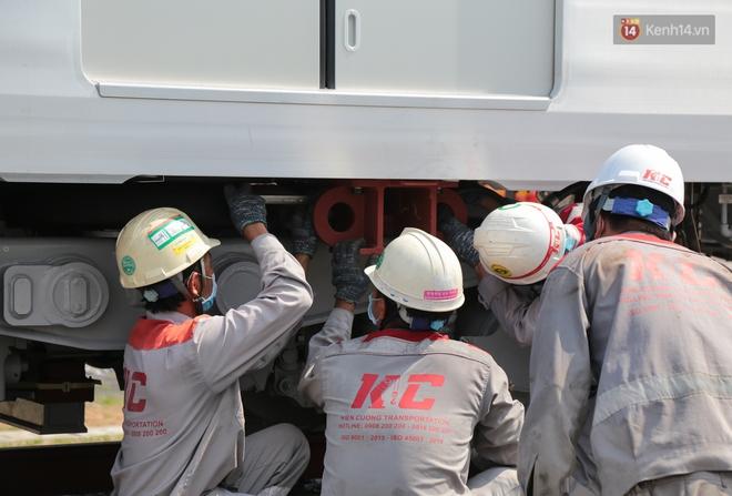 TP.HCM: Toàn cảnh lắp ráp đoàn tàu Metro số 1 nặng 37 tấn vào đường ray, sẵn sàng chạy thử - ảnh 12