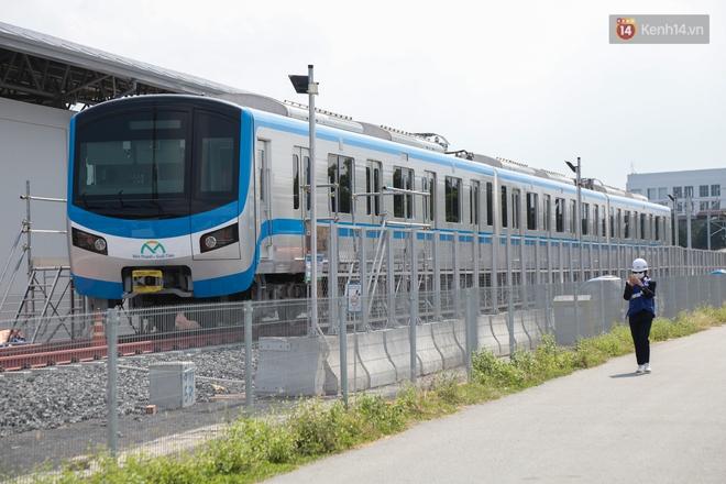 TP.HCM: Toàn cảnh lắp ráp đoàn tàu Metro số 1 nặng 37 tấn vào đường ray, sẵn sàng chạy thử - ảnh 16