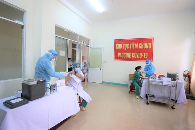 Quảng Ngãi ghi nhận 8 trường hợp sốc phản vệ sau khi tiêm vắc xin Covid-19 - Ảnh 1.